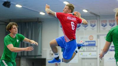 Oscar Kihlstedt skjuter ett hoppskott.