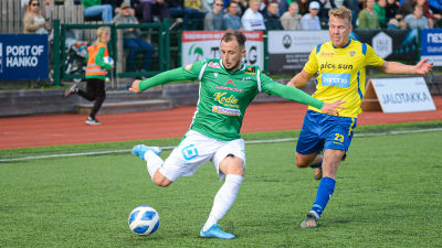 Valdrin Rashica på bollen före Kasperi Liikonen.