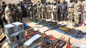 Nigerias president Goodluck Jonathan inspekterar vapen som beslagtagits av militanta islamister i Baga i februari 2015.