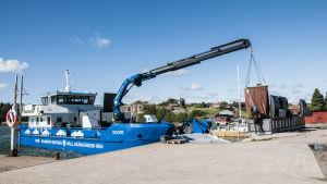 Avfallshanteringsbåt i hamn