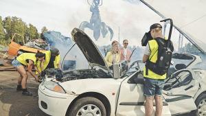 """Inspelningar på """"bilskrotningsplats"""" för musikvideon """"Jag vill ha korv""""."""
