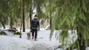 kokoomuksen puheenjohtaja Petteri Orpo ja koira