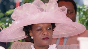 Zimbabwes första dam Grace Mugabe i rosa hatt under självständighetsfirandet i Harare 2000