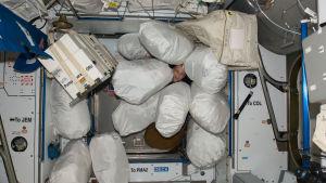 Roskapusseja avaruusasemalla.