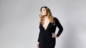 Artisten Catharina Zhülke i svart klänning