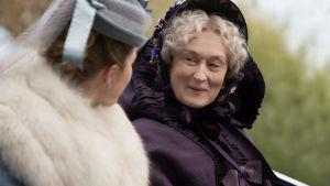 Systrarna March har en rik faster (Meryl Streep) som gärna kommer med goda råd.