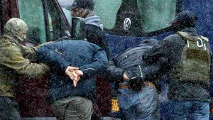 Två män grips av myndigheterna under en demonstration i Minsk 29.11.2020