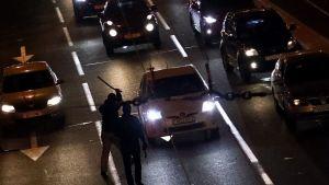 Poliser slår mot bilar som avsiktligt blockerar en väg i Minsk 23.9.2020