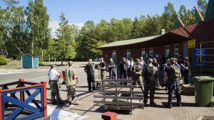 Talkogäng från Vaasa airsoft jobbar med att ställa i ordning den nedlagda nöjesparken Wasalandia i Vasa för att man ska kunna spela airsoft där i sommar.