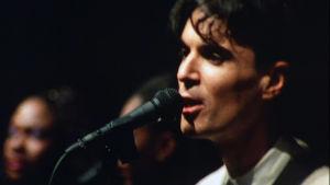 David Byrne lavalla elokuvassa Stop Making Sense.