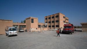 Yksi monista pakolaiskeskuksiksi muutetuista kouluista Pohjois-Syyriassa. Tässä Tal Tamrissa sijaitsevassa koulussa elää noin kuusikymmentä perhettä.
