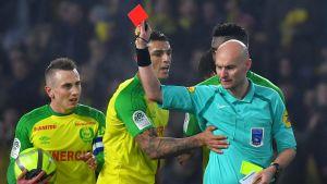 Fotbollsdomare visar det röda kortet.