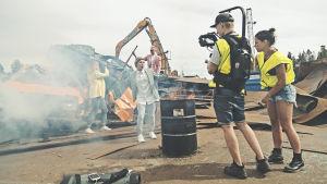 """Inspelningar på """"bilskrotningsplats"""" för musikvideon """"Jag vill ha korv."""""""
