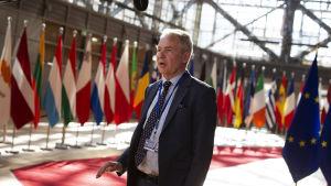 Pekka Haavisto i mitten, i bakgrunden massor av EU flaggor
