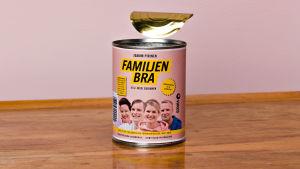 En öppnad konservburk står på ett bord. På etiketten står det Familjen Bra.