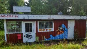 En gammal kiosk i Lövkulla i karis som är full med klotter och som borde avlägsnas.