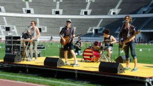Satin Circus uppträder på stadion.