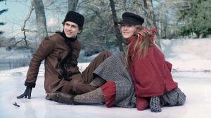 Jo och Laurie sitter och vilar sig på isen.
