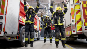 Palomiehet hyppäävät ilmaan tehdessään punnertamisen ja hyppäämisen yhdistävää yleisliikettä. Kuvassa Hannu Kokkonen (vas,), Sami Sällinen ja Pekka Kolehmainen