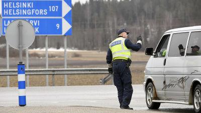 Polis undersöker skåpbil vid Nylands gräns