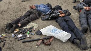 En bild som publicerats av det ukrainska försvarsministeriet visar rebeller som gripits i närheten av Slovjansk den 2 maj.
