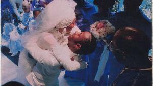 Bild på Whitney Houston och Bobby Brown från bröllopet. Hämtat ur dokumentären Whitney, 2018.