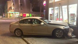 En bil körde in i Torghallens dörrar i Nykarleby på morgonen.