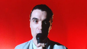 David Byrne lähikuvassa lavalla. Kuva konserttielokuvasta Stop Making Sense.