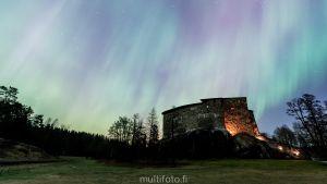 Norrsken över Raseborgs slottsruin