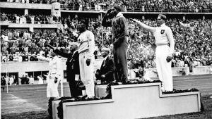 Jesse Owens tar guld och Lutz Long silver i längdhopp.