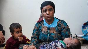 """""""Vauva ei ole saanut aamiaista ja hän kärsii nestepulasta"""", kertoi kouluun majoitettu perheenäiti Tal Tamrissa Syyriasssa. Viimeisillä rahoillaan hän oli ostanut lääkkeitä vauvalle."""