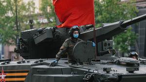 En rysk T-14-stridsvagn dekorerad med en röd fana.