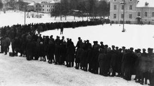 Kö till alkoholhandel i Uleåborg efter kriget 12.12.1994.