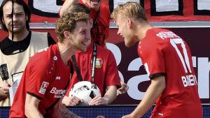 Stefan Kießling och Joel Pohjanpalo firar mål.