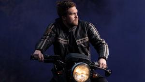 Nuori mies Johannes moottoripyörän selässä. Kuvattu hankkeeseen Sata suomalaista kielellistä elämäkertaa.