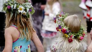 Flickor firar midsommar