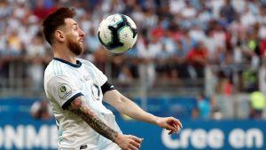 Lionel Messi tar emot bollen på bröstet