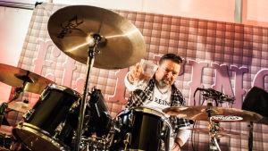 Tony Eklund från Borgå bakom sina trummor.
