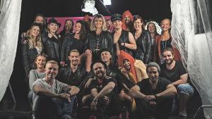 """Hela teamet bakom musikvideon """"Jag vill har korv"""" poserar på inspelningsplatsen."""
