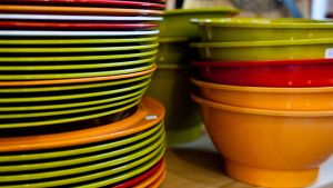 Plastiga tallrikar och skålar i grälla färger är mycket pop.