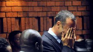 Oscar Pistorius grät i domstolen
