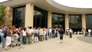Flera hundra besökare köar till skapelsemuseet som öppnades år 2007. Museet finns i Petersburg i Kentucky.