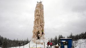 Oulun Alakyläntien varressa sijaitseva jääkiipeilytorni on 21 metriä korkea.