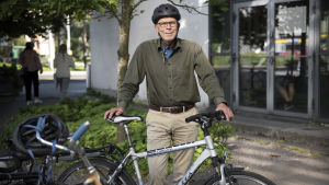 Rusmedelsprofessor Hannu Alho med sin cykel.