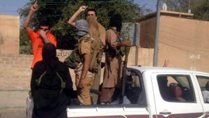 Beväpnade irakier kör omkring på gatorna i Tikrit i Irak.