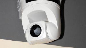 En vit lite övervakningskamera.