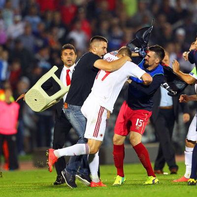 Tumult under kvalmatchen mellan Serbien och Albanien.