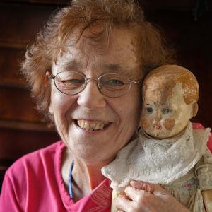 muistisairas aili sylissään nukke, joka on yhtä vanha kuin hän itse