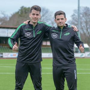 Två fotbollstränare står bredvid varandra.