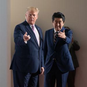 Donald Trump och värden Shinzo Abe hade roligt med varandra då  de träffades i Osaka